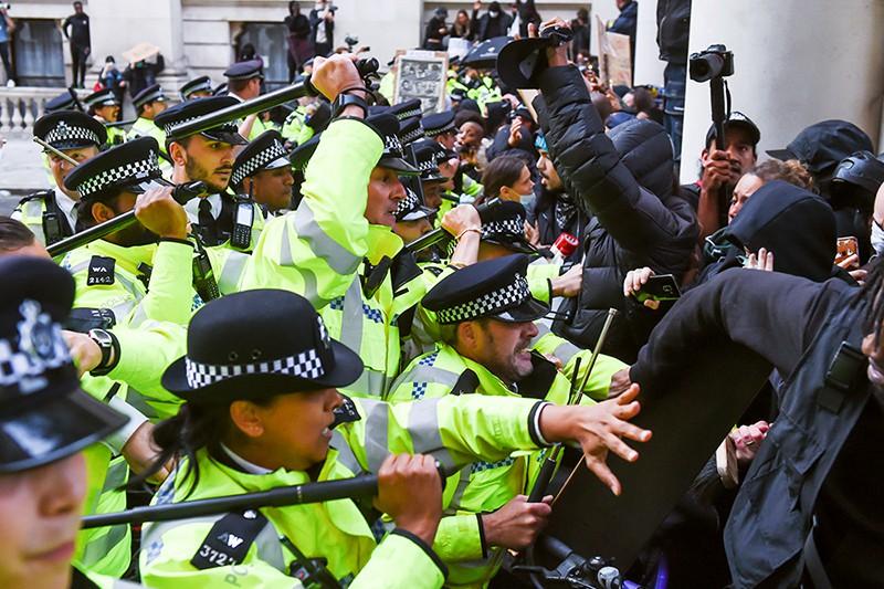 Полиция Лондона разгоняет митингующих