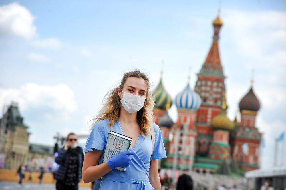 Девушка в медицинской маске на Красной площади