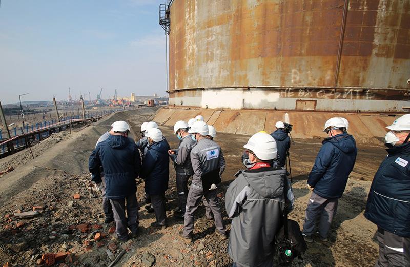 "Сотрудники компании ""Норникель"" на территории на ТЭЦ-3 в Норильске"