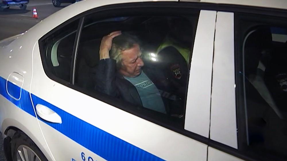 Михаил Ефремов в автомобиле полиции