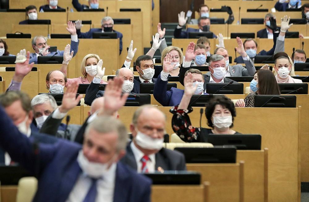 Депутат Госдумы в медицинских масках