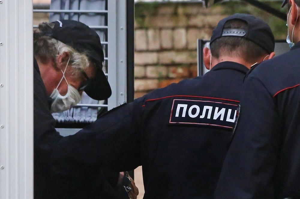 Михаил Ефремов под конвоем полиции
