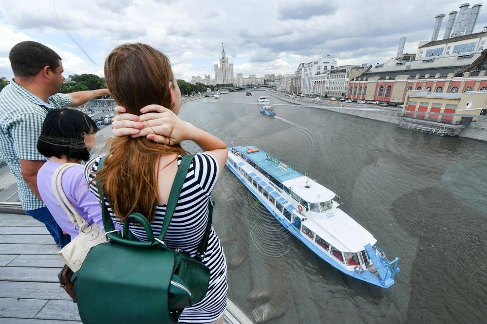 Отдыхающие на набережной в Москве