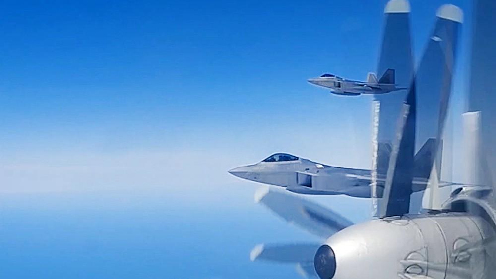 Истребители F-22 ВВС США сопровождают бомбардировщики Ту-95 ВКС России