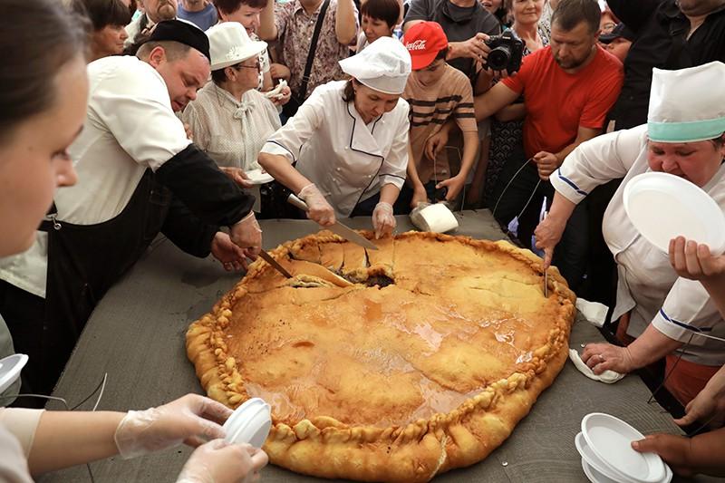 Люди разрезают пирог
