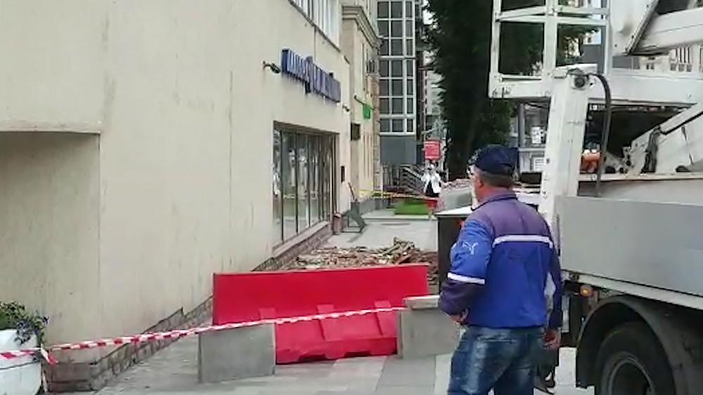 Последствия обрушения части фасада здания в Москве