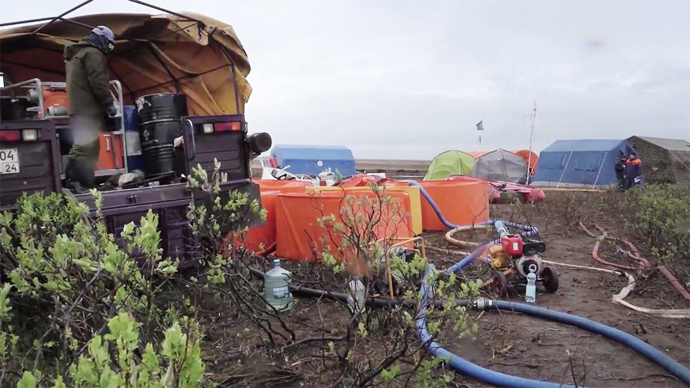 Работы на месте разлива нефтепродуктов в Норильске