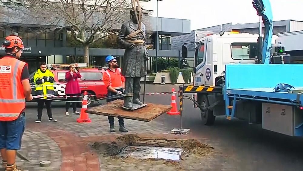 Демонтаж памятника в Новой Зеландии