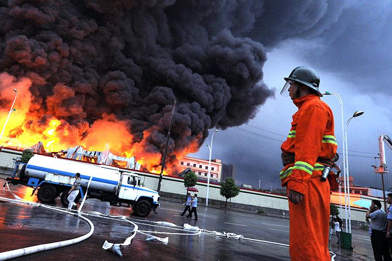 Китайские пожарные на месте возгорания
