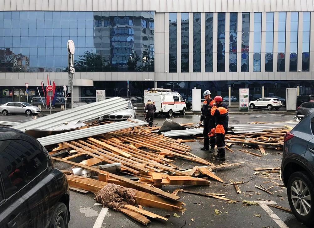 Штормовой ветер сдул крышу со здания