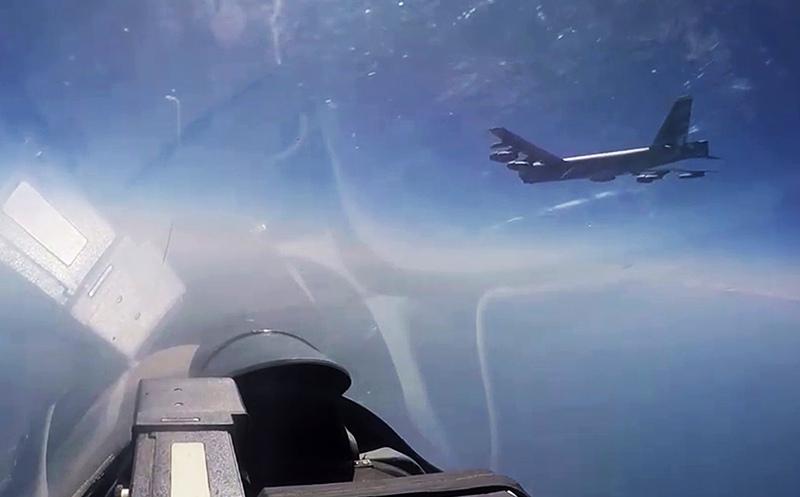Истребитель Су-27 во время перехвата американского бомбардировщика
