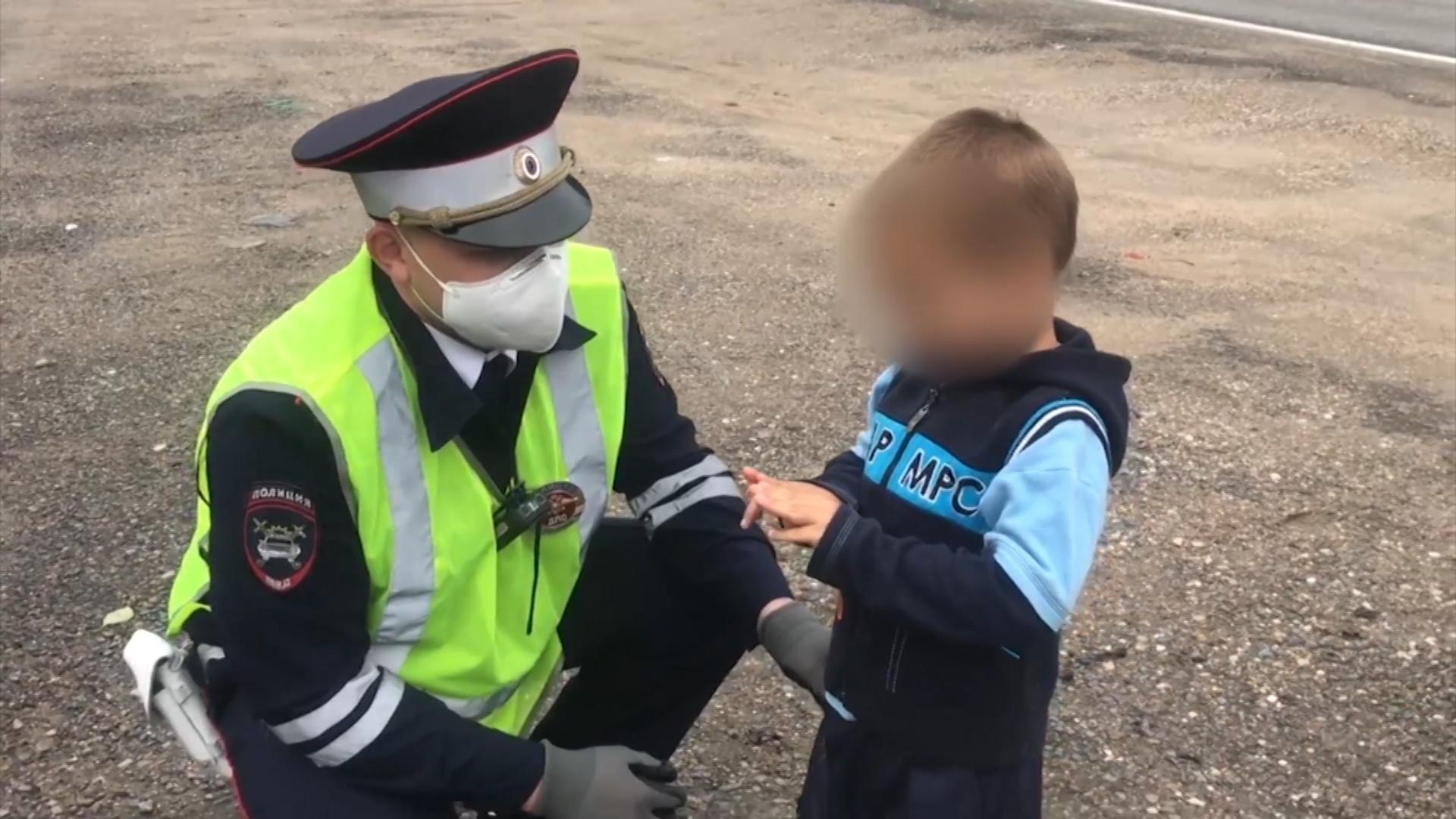 Сотрудники ГИБДД спасли 4-летнего ребенка, блуждавшего по трассе