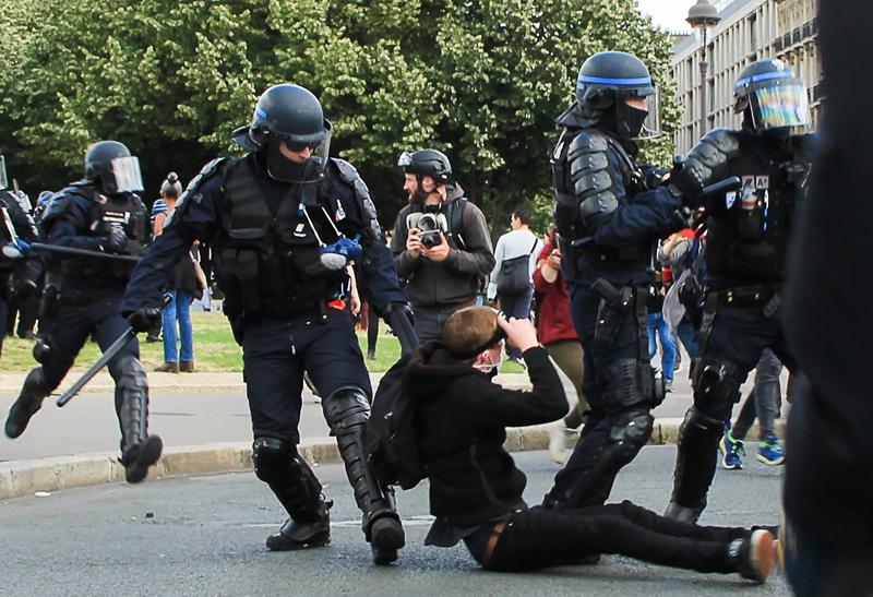 Беспорядки на акции протеста медицинского персонала в Париже