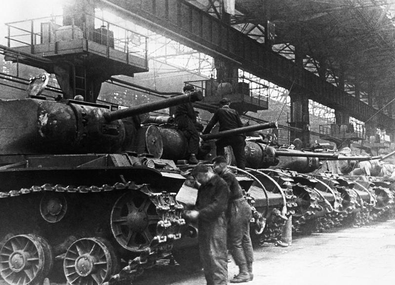 Челябинск. Танки КВ-1C в сборочном цехе Челябинского тракторного завода