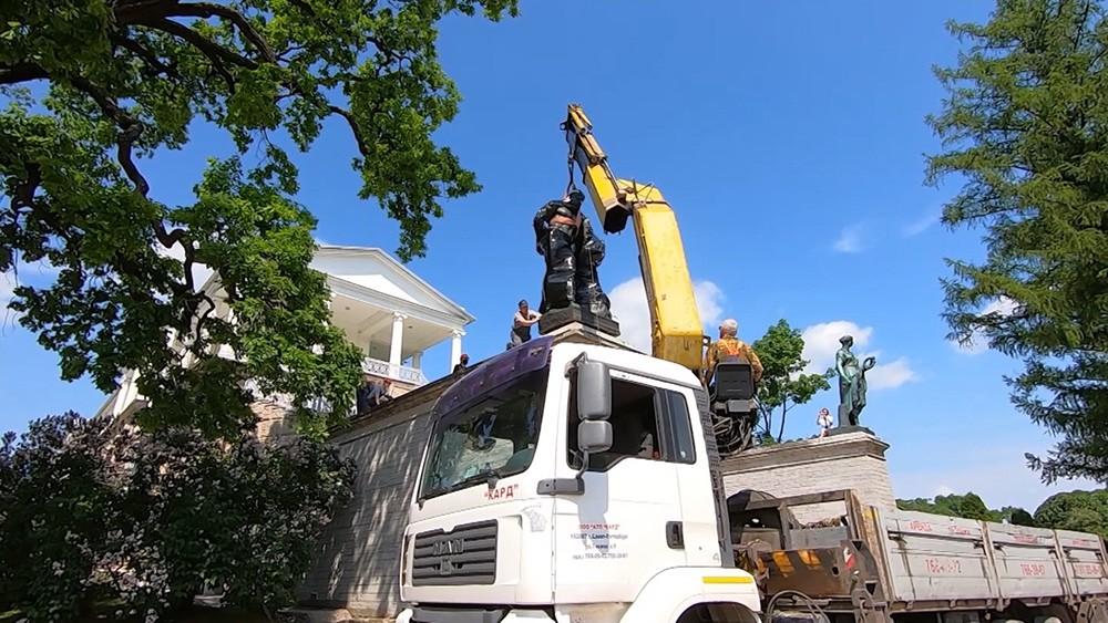 Установка после реставрации скульптуры Геракла