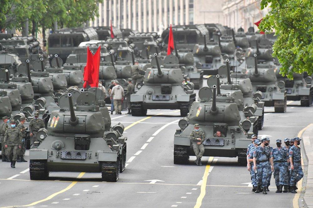 Колонна военной техники, следующая по улицам Москвы на ночную репетицию Парада Победы