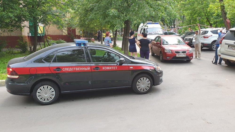 Сотрудники оперативных служб около дома на севере столицы, где в результате стрельбы погибли четыре человека