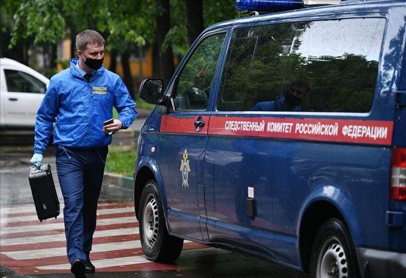 Криминалист у жилого дома на севере Москвы, где неизвестный мужчина открыл стрельбу