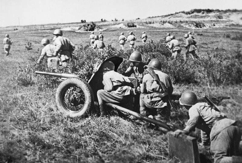 Солдаты РККА занимают позиции