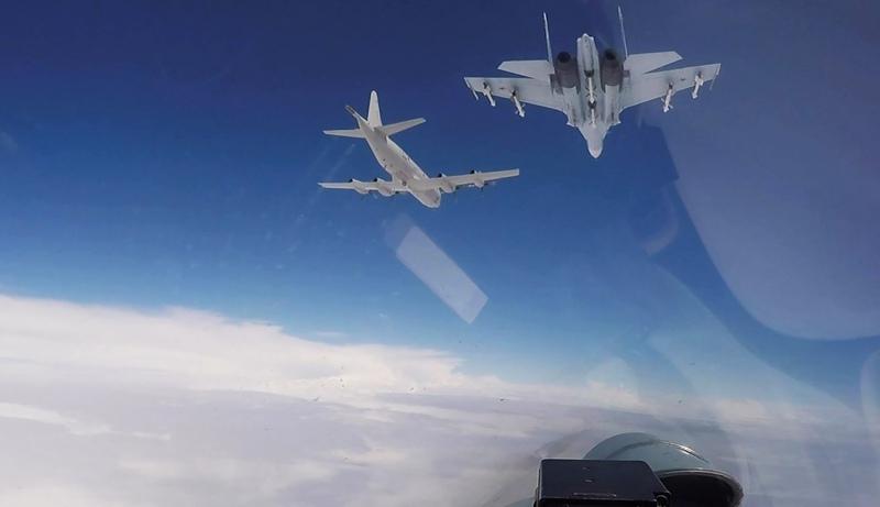 Истребители Су-27 сопровождают бомбардировщик В-52H ВВС США