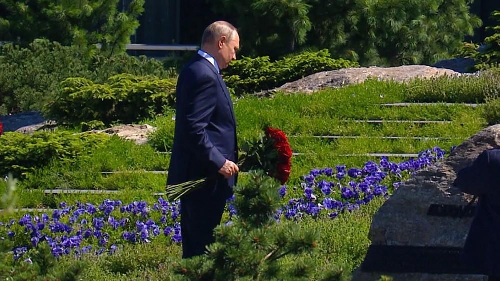 """Владимир Путин возложил цветы  к скульптурной композиции """"Матерям победителей"""""""