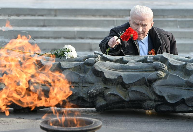 Ветеран возлагает цветы к Вечному огню