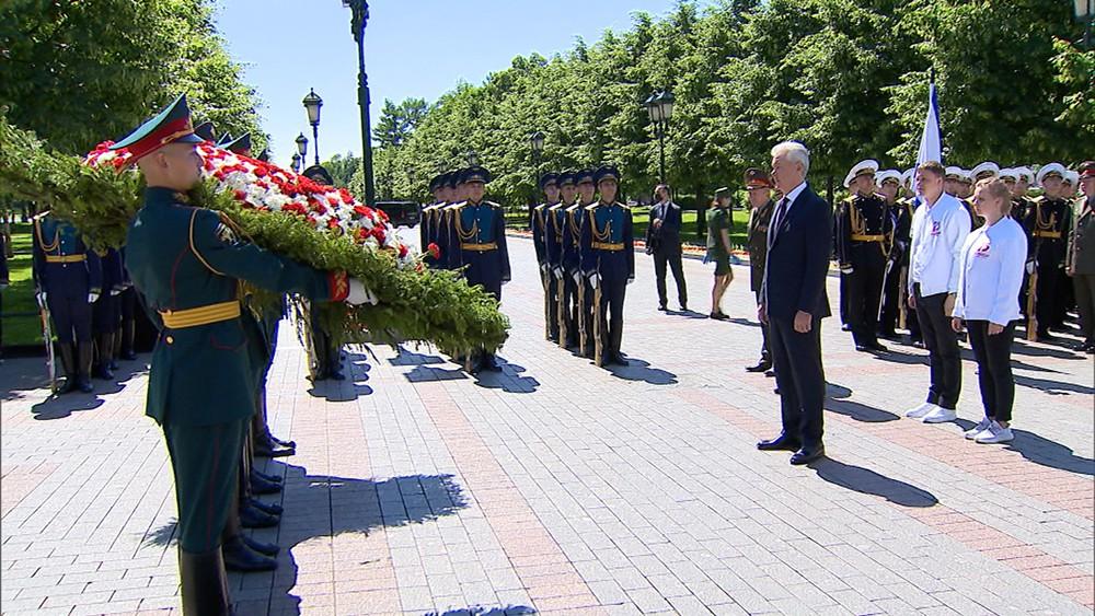 Сергей Собянин возлагает цветы