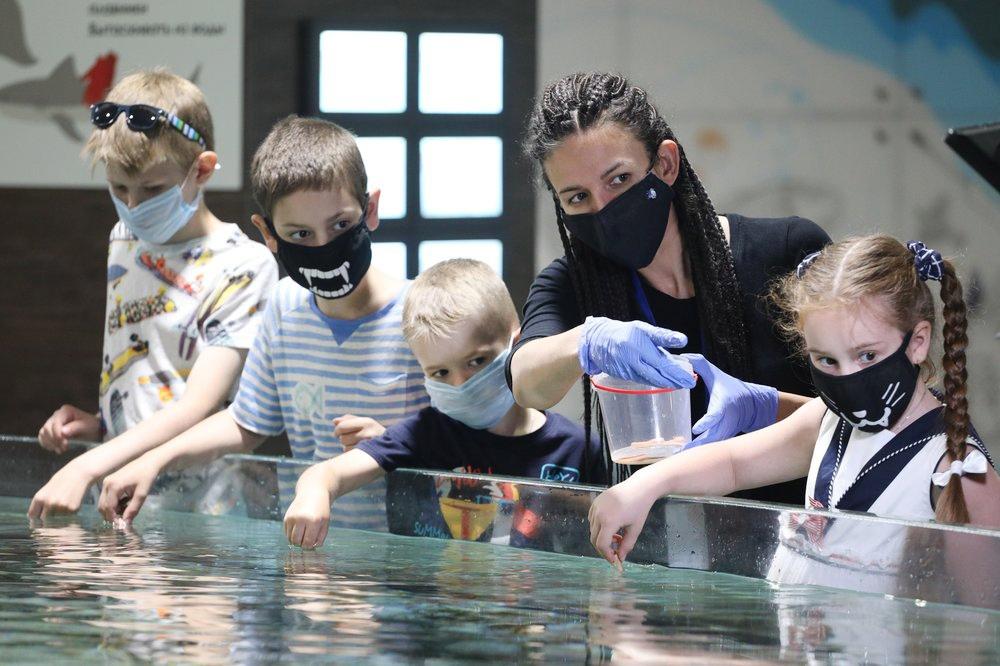 Дети в защитных масках
