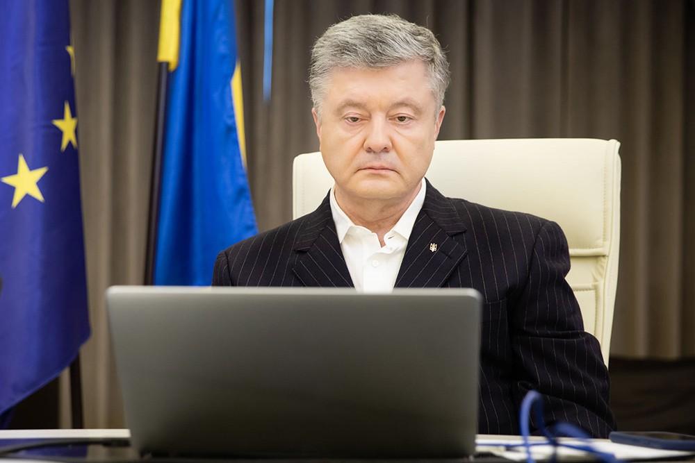 Пётр Порошенко за ноутбуком