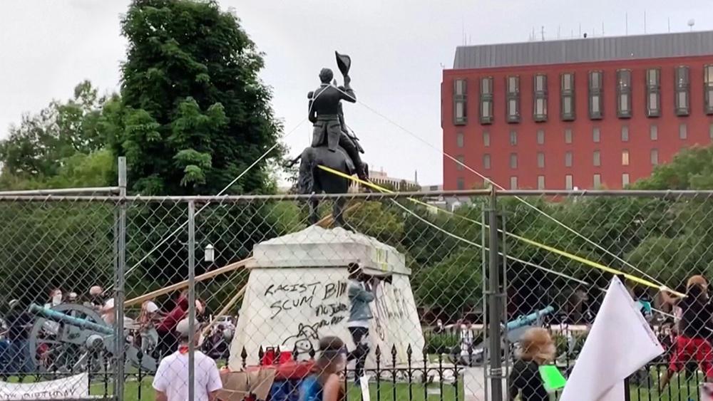 Статуя президента Джексона, напротив Белого дома
