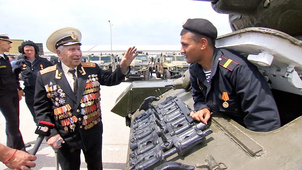 Ветеран осматривает военную технику перед парадом