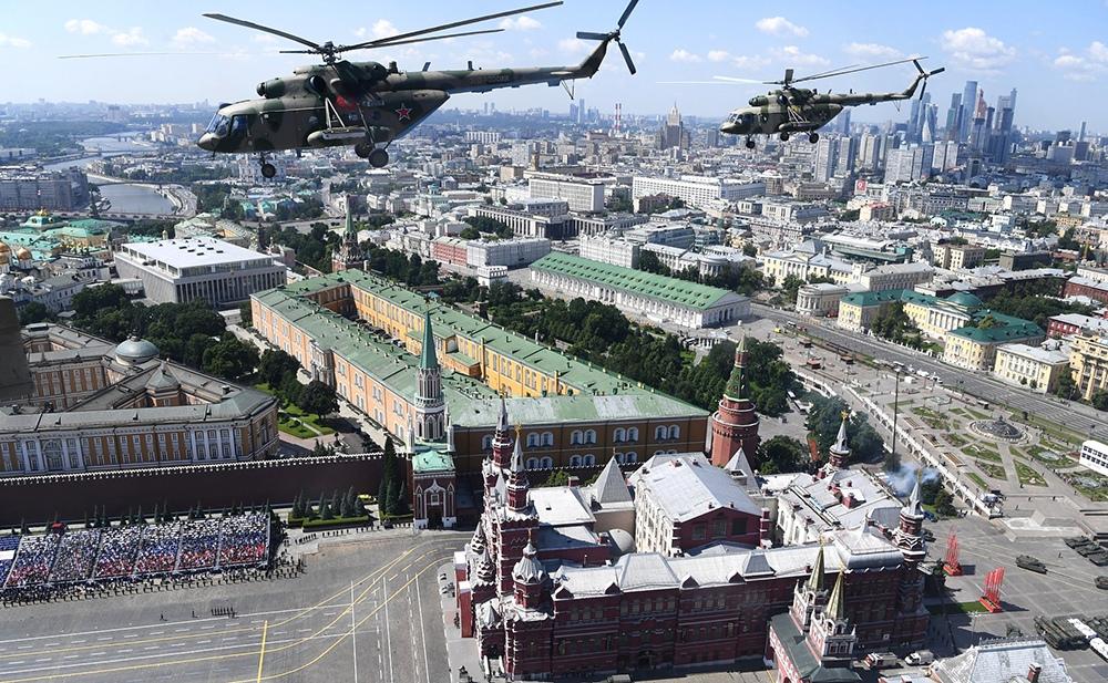 Пролет военных вертолетов над Красной площадью