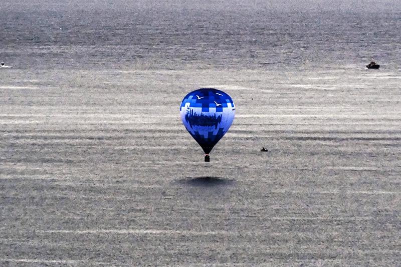 Воздушный шар над морем