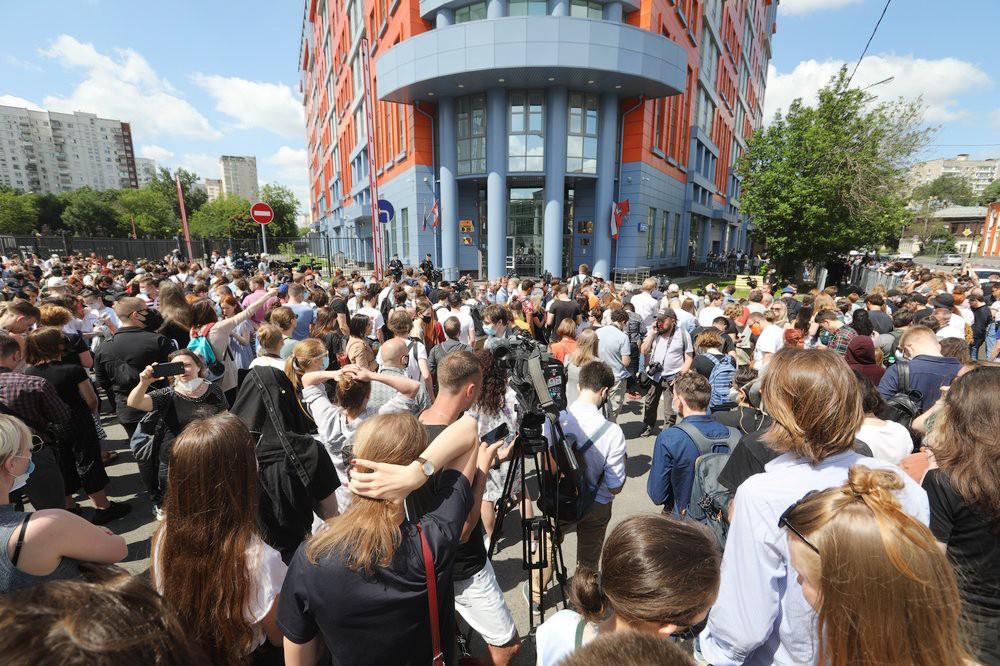 Обстановка около Мещанского суда Москвы во время оглашения приговора Кириллу Серебренникову
