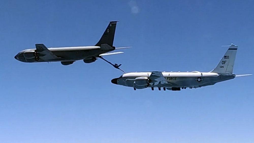 Самолет радиоэлектронной разведки ВВС США Boeing RC-135 и самолет-заправщик КС-135 ВВС США
