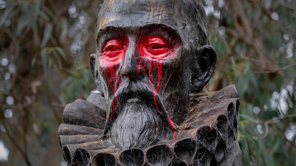 В Сан-Франциско разрисовали памятник испанскому писателю Мигелю де Сервантесу Сааведра