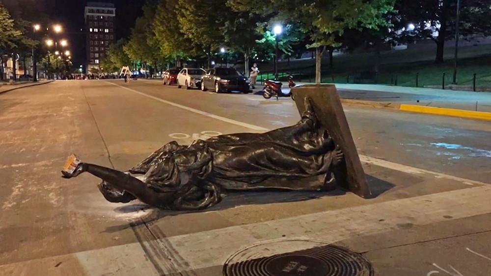 В США снесли статую Леди Форвард