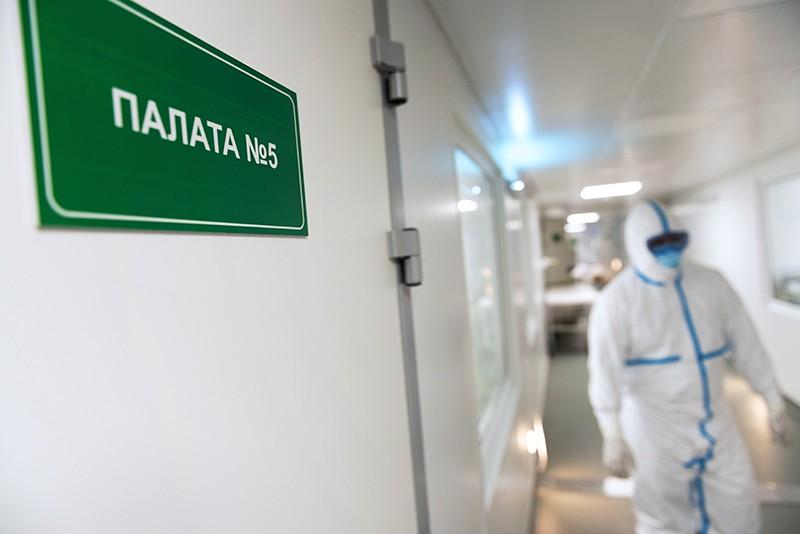 Врачи и пациенты в инфекционном отделении больницы