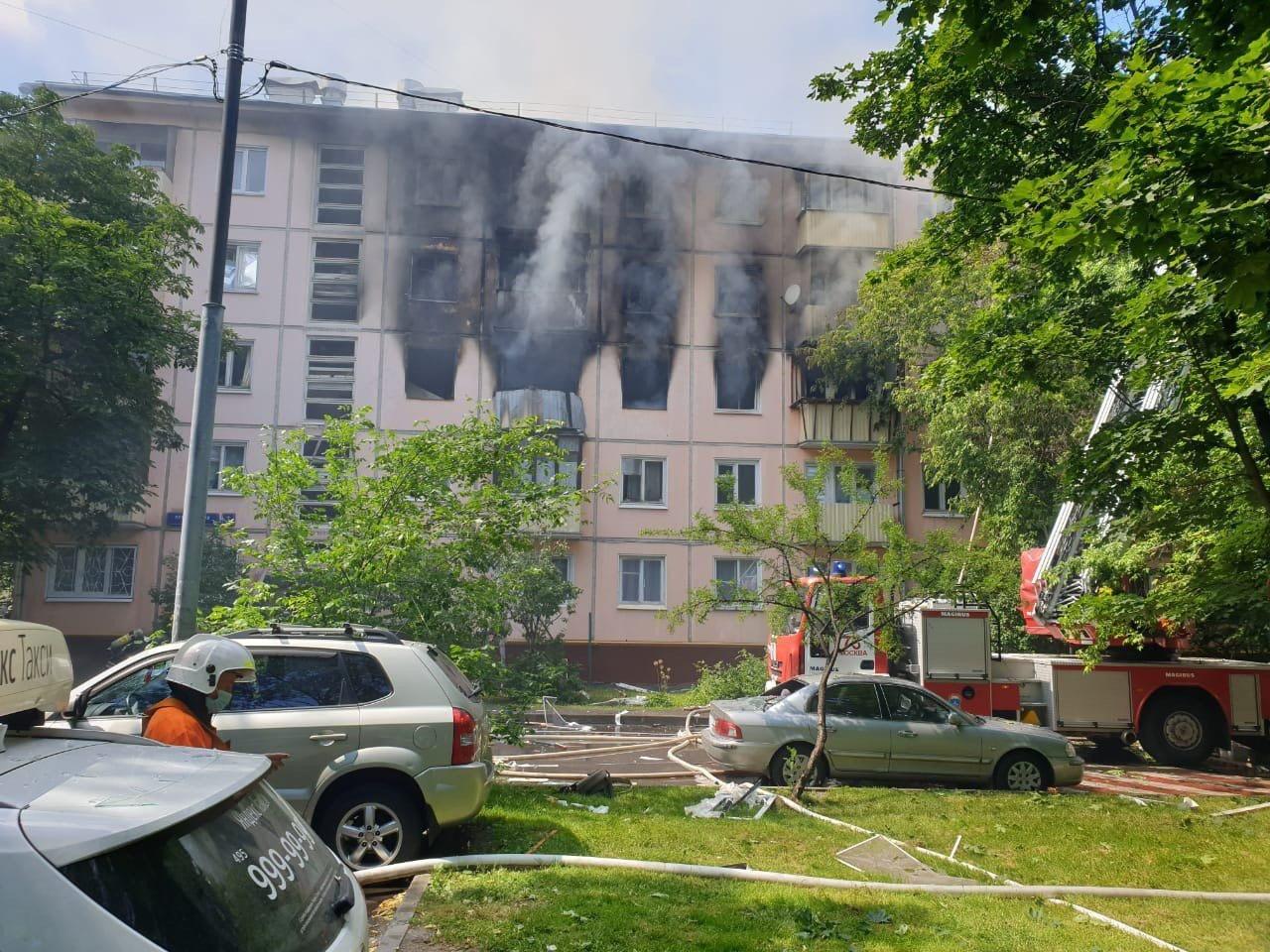 Пожарно-спасательные подразделения на месте возгорания в жилом доме