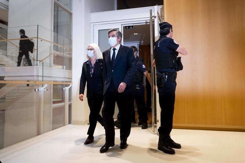 Суд в Париже приговорил экс-премьера Франции к 5 годам тюрьмы