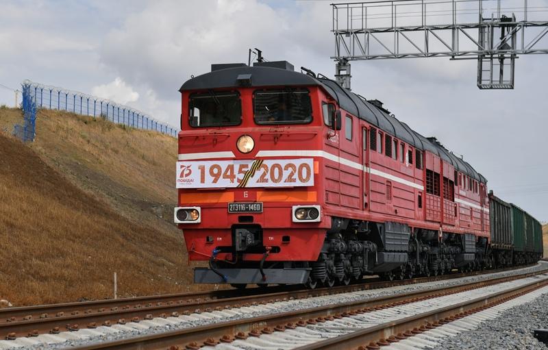 Грузовой состав на подъезде к Крымскому мосту