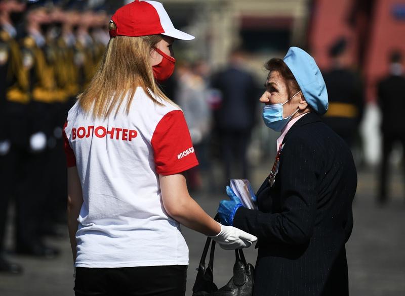 Волонтер сопровождает ветерана