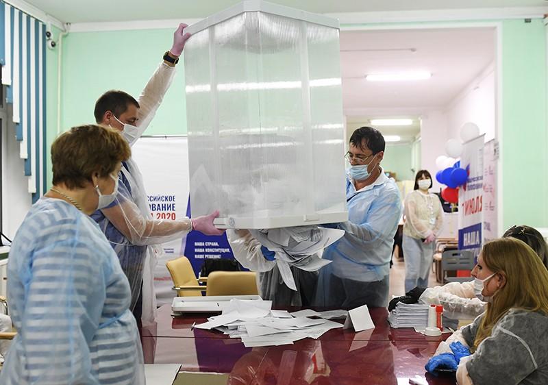 Члены избирательной комиссии во время подсчета голосов