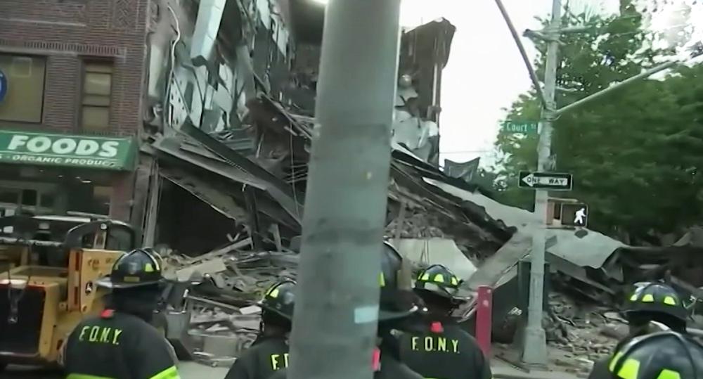 Многоэтажный дом рухнул в Нью-Йорке