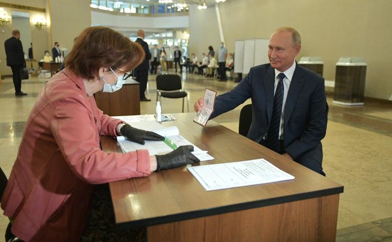 Владимир Путин во время голосования