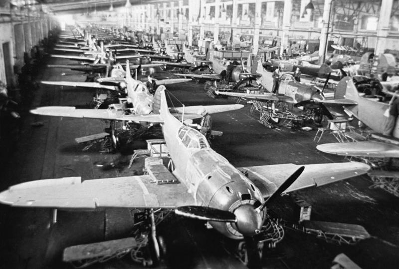 Советские истребители Ла-5Ф в сборочном цехе