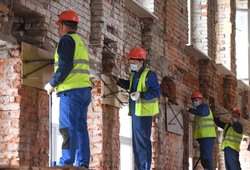 Рабочие во время реконструкции корпуса No28 больницы им. С. П. Боткина в Москве