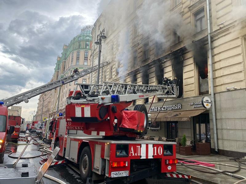 Пожарные на месте возгорания в жилом доме по адресу: ул. Тверская, д. 24