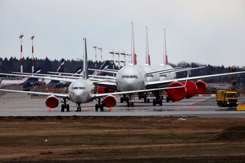 Самолеты на стоянке в аэропорту