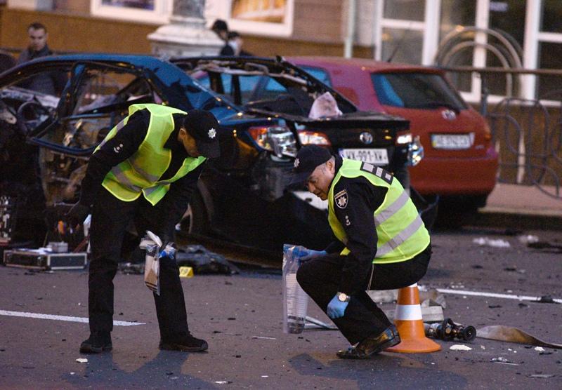 Сотрудники полиции Украины на месте взрыва
